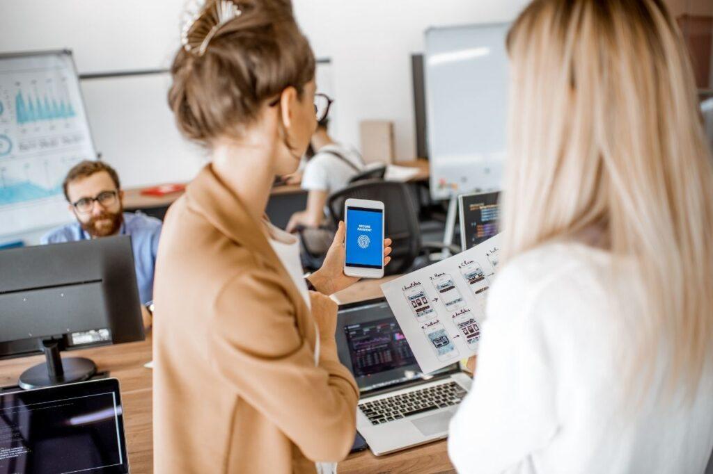 women-creative-mobile-developer